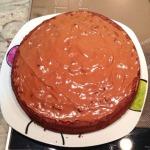 Tarta de chocolate de la familia Martín Gracia recubierto de chocolate. ¡Me entra un hambre sólo de verlo! La receta aquí.